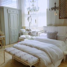 We would be happy to stay in this bed all weekend long... Discover our bedding sale on3 & online #abchome #SummerSale #NYC @bellanottelinens @eskayel