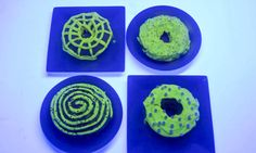 Back in June, the internet discovered glow-in-the-dark doughnuts, and the luminescent treat quickly went viral. Created by chef Christopher Thé, the glow-in-the-dark doughnut—or Glonut, as he calls … Donut Crazy, Churros, Quick Bread, Dessert Recipes, Desserts, Doughnuts, Cinnamon Rolls, Marshmallow, Oreo