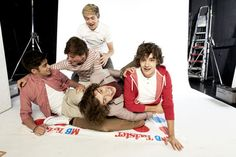 Um. Okay. Who's leg is that in front? That's a very loving gaze between Louis and Zayn. Whatchya doing Niall?