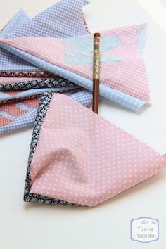 Prepara tus propios banderines - Tutéate Fashion 2020, Tie Clip, Diy, Pillows, Sewing, Baby Ideas, Couture, Scrappy Quilts, Craft