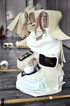 Japanese martial art Kendo in white Kendo, Aikido, Japanese Culture, Japanese Art, Kung Fu, Karate, Yukata, Tai Chi, Martial Arts Techniques
