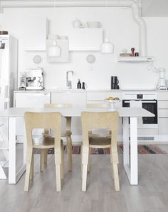 The calm Finnish home of Anna Pirkola (my scandinavian home) Kitchen Dinning, Kitchen Decor, Kitchen Styling, Kitchen Ideas, House Ideas, Scandinavian Kitchen, Nordic Kitchen, White Kitchen Cabinets, Dining Room Design
