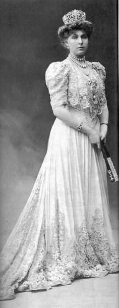 VICTORIA EUGENIA REINA DE ESPAÑA, ESPOSA DE ALFONSO XIII, 1906, CON LA TIARA DE FLOR DE LIS EN SU FORMA ORIGINAL
