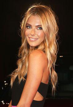 I love her haircolor.