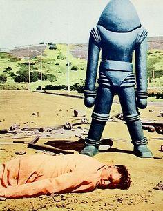 Earth vs. the Flying Saucers (1956) | Casi seguro que el extraterrestre no ha estrangulado al humano