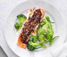 Tomatbakad lax med grönt mos är en betydlig mer färgglad och smakrik variant av klassiskt potatismos. Potatis och ärtor krossas med en visp där mjölk och smör adderas mot slutet och det förvandlas till ett fluffigt grönt mos. Till servering finns en härligt rosa lax och krispig broccoli.