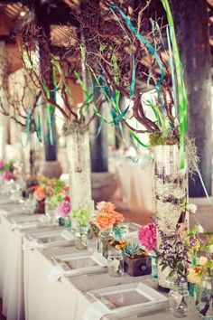 Tablescapes ... ramas cintas y flores de colores