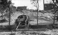 """11/12 novembre 1943.- Un """"panzer Kw IV"""", perduto dai tedeschi il 3 novembre a San Salvo. In alto, sulla destra, è visibile la chiesetta di San Rocco (per gentile concessione dell'Imperial War Museum - London)."""