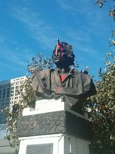 Someone in Detroit celebrated Columbus Day this year by taping an ax to a bust commemorating the explorer, splashing on some red paint for full dramatic effect. Columbus Day Holiday, Statues, Photo Choc, Indigenous Peoples Day, Tower Of Power, Native American Quotes, Fake Blood, Christopher Columbus, Red Paint
