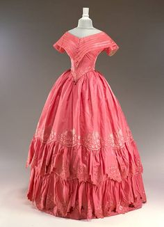Evening dress, From Historic Deerfield Museum - Historical Dresses Victorian Gown, Victorian Fashion, Vintage Fashion, Vintage Outfits, Vintage Gowns, Old Dresses, Pretty Dresses, 1850s Fashion, 19th Century Fashion