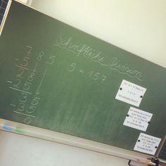 Tafelbild bei der Einführung der schriftlichen Division. 🔢 Die Schüler haben es nach der gemeinsamen Erarbeitung in ihr Merkheft übertragen. Jetzt üben wir fleißig... Und es zeigt sich deutlich, wer das Einmaleins kann und wer nicht... • #primarperlen #grundschule #grundschulideen #grundschulalltag #mathe #matheindergrundschule #mathematik #mathematikindergrundschule #grundschulmathematik #schriftlichedivision Math Board Games, Math Boards, Math Memes, Math Art, Primary School, Division, Teacher, Education, Learning
