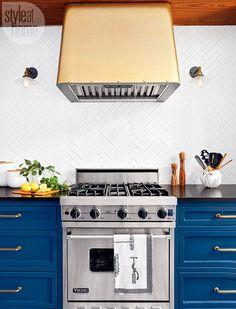 Классическая синяя мебель хорошо сочетается с современной техникой