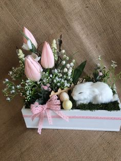 This bunny looks real 😳 - Ostern Dekoration Garten Beton This bunny looks real 😳 Things to consider Easter Flower Arrangements, Easter Flowers, Flower Centerpieces, Flower Decorations, Easter Projects, Easter Crafts, Easter Decor, Spring Crafts, Holiday Crafts