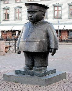 With all the statues going around. No, it's not Kim-Jong Un or an american cop. It's a finnish marketsquare-police. Best Funny Pictures, Funny Images, Go Around, Police, Sculpture, American, City, Animals, Woodcarving