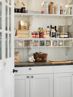 Marbodal Fagerö vit skafferi Kitchen Decor, Kitchen Inspirations, Kitchen Dining, Kitchen Interior, Home Kitchens, Kitchen Pantry Design, Kitchen Dining Room, Kitchen Pantry Storage, Coastal Farmhouse Kitchen