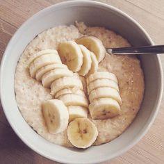 Frokost - havregrøt: havregryn, melk, chia-frø, proteinpulver, cottage cheese, banan, kanel, salt, kardemomme