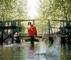 Le Fabuleux Destin d'Amelie Poulain - Scene where Amelie skims stones across Canal Saint Martin