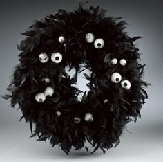 Eek! I spy a Raven Feathers & Wiggle Eye Wreath & Topiary | Crafts 'n Coffee
