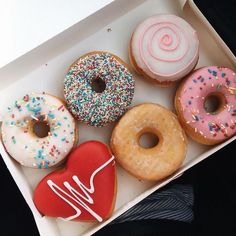 A little bit of this it won't hurt :) Pretty Donuts glazed donuts , caramel topped donuts - Hair and Beauty eye makeup Ideas To Try - Nail Art Design Ideas Donut Recipes, Snack Recipes, Snacks, Cake Recipes, Cute Food, I Love Food, Delicious Donuts, Yummy Food, Tumblr Food
