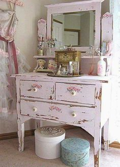 It may sound odd but shabby chic furniture is highly in demand these days. You must be thinking that how can something chic and elegant be shabby. However, that seems to be the current trend and most people are opting to go for furniture of that kind. Shabby Chic Mode, Shabby Chic Vintage, Shabby Chic Pink, Shabby Chic Bedrooms, Shabby Chic Style, Vintage Pink, Small Bedrooms, Guest Bedrooms, Romantic Bedrooms