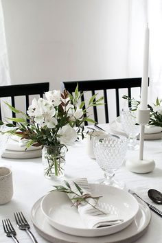 5 Tips to Set a Simple and Modern Tablescape - Homey Oh My, .- 5 Tips to Set a Simple and Modern Tablescape – Homey Oh My, 5 Tips to Set a Simple and Modern Tablescape – Homey Oh My, - Round Table Settings, Elegant Table Settings, Wedding Table Settings, Setting Table, Everyday Table Settings, Round Table Decor Wedding, Round Tables, Table Set Up, Place Setting
