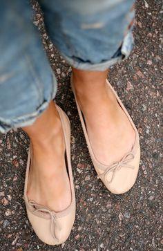 Nude ballerina / Denim// kommt gut wenn man gebräunt ist, wie man sehen kann. WOMEN'S FLATS http://amzn.to/2jETOMx