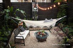 pedriscos no meio e canteiros nas laterais DIY Ideas for a Stylish Backyard