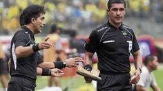 Cuestionado. Roddy Zambrano dirigió el juego entre Delfín y Deportivo Cuenca.