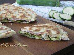 Semplice e squisita la Pizza con zucchine, prosciutto e scamorza, pronta in pochissimo tempo e senza nemmeno accendere in forno
