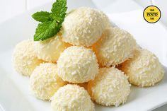 These delicious white chocolate Limoncello truffles look amazing and taste refreshing! A touch of Limoncello liqueur adds extra flair to these nice, mini white truffles. The method is so easy and … Italian Desserts, Just Desserts, Dessert Recipes, Chocolate Blanco, Love Chocolate, Sweet Table Wedding, Butter Mints, Oreo Cheesecake, Confectionery
