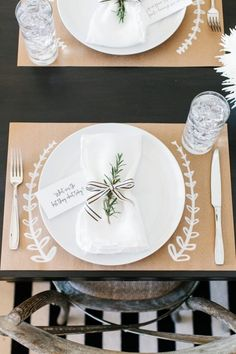 DIY Thanksgiving placemats or tablecloth: kraft paper + white paint marker - thanksgiving decorations diy Thanksgiving Diy, Thanksgiving Table Settings, Thanksgiving Decorations, Deco Champetre, Fall Table, Decoration Table, Simple Crafts, Extra Mile, Decor Ideas
