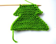 Christmas feeling came to me unbelievably early this year. I am playing with various yarns to make small Christmas trees to hang on the act. Knitted Christmas Decorations, Knit Christmas Ornaments, Small Christmas Trees, Crochet Christmas Ornaments, Christmas Crafts, Merry Christmas, Knitted Washcloth Patterns, Baby Knitting Patterns, Crochet Dishcloths