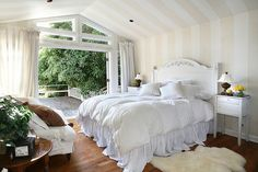Fabulous tiny bedroom. I love love love that huge window/wall