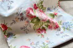 Hohe Qualität! Hübsche Elfenbein Baumwoll-Stoff mit roten Rose/floral print für Näh-und Bastelarbeiten. Farbe: Elfenbeinfarben mit rot/rosa Blumen-Druck (Schatten kann vom Bild abweichen) Maße: 40 cm x 50 cm Klicken Sie für andere Stoffe bitte den unten stehenden Link: