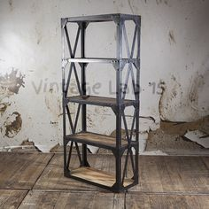Prachtige industriële wandkast met een stoer uiterlijk door de combinatie van robuust hout en staal.