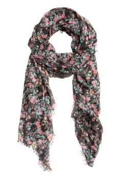 Patterned scarf: Scarf in an airy patterned weave with short fringes along the sides. Size 90x195 cm.
