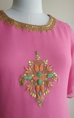 Intricate 'Marodi' work on front and neckline Shallow V-neck Potli Button detail on the back Golden beads detailing on sleeves slit Embroidery Suits Punjabi, Embroidery On Kurtis, Kurti Embroidery Design, Embroidery Neck Designs, Embroidery Fashion, Embroidery Dress, Aari Embroidery, Embroidery Tattoo, Indian Embroidery