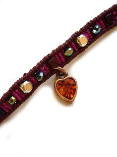 **Ein geknüpftes Armband mit funkelnden Glasschliffperlchen, in wunderschönem Pink gefärbten Hämatith-Cubes, Silbercubes und einem baumelnden Herzchen in warmem Oranage-Ton.**  Material:  S-Lon...