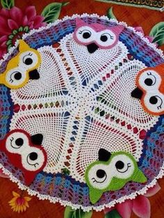I felt very excited to introduce you to this beautiful owl rug. All done manually in crochet lines a classic for women and much talked abou. Owl Crochet Patterns, Crochet Owls, Crochet Circles, Owl Patterns, Crochet Motif, Crochet Designs, Crochet Doilies, Free Crochet, Owl Rug