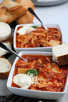 This Crockpot Lasagna Soup is perfect for chilly nights when you need a break from cooking. Let the slow cooker do all the work for you! Crockpot Recipes, Soup Recipes, Cooking Recipes, Easy Recipes, Gluten Free Lasagna Noodles, Homemade Dinner Rolls, Italian Soup, Lasagna Soup, Bowl Of Soup