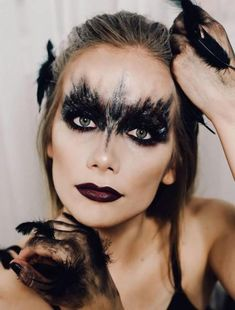 100 Halloween Makeup + ideas that you should not miss .- 100 Halloween Make-up + Ideen, die Sie nicht verpassen sollten 100 Halloween Makeup + ideas that you should not miss - Black Swan Makeup, Dark Angel Makeup, The Black Swan, Helloween Make Up, Raven Costume, Bird Costume, Cute Halloween Makeup, Black Swan Costume Halloween, Halloween Make Up Scary