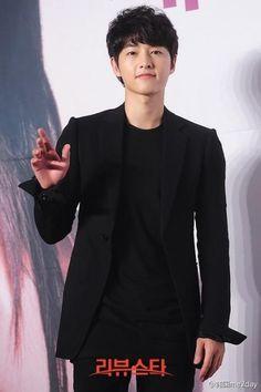 Song Joong Ki in black :)) Song Hye Kyo, Song Joong Ki, Deep Rooted Tree, Sungkyunkwan Scandal, Innocent Man, Running Man, Me Me Me Song, Descendants, Korean Actors