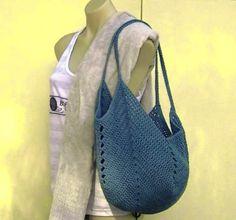 Bolsa feita com um quadrado de crochê. Link do vídeo tutorial