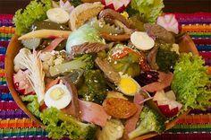 Fiambre es un plato tradicional en Guatemala. Es una ensalada y la gente comen lo en La Dia de Los Muertos.