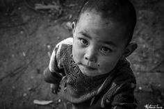 De retour d'un voyage photo en Birmanie, la photographe nous dévoile de toutes nouvelles images du bout du monde, jonglant toujours habilement entre portraits en noir et blanc et photos en couleur. Découvrez une deuxième facette du travail de Stéphanie Loria en couleurs cette fois, avec cette sublime série de portraits d'enfants en Birmanie. Pour retrouver l'auteur, rendez-vous sur son site internet officiel, et pour ne surtout rien manquer de ses prochains voyages, suivez vite Stéphanie…