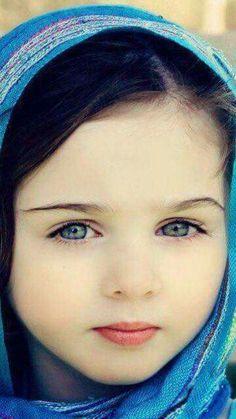 Copii bruneti cu ochii albastri