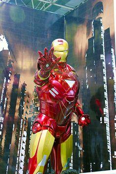 Pensou que eram só miniaturas e bustos? Esta é uma escultura em tamanho real do Homem de Ferro.