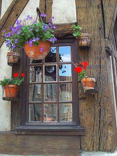 Détail de la façade d'une vieille maison à colombage de Chartres-de-Bretagne en…
