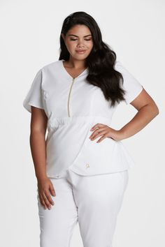 Curve Tulip Top in White is a contemporary addition to women's medical scrub outfits. Shop Jaanuu for scrubs, lab coats and other medical apparel. Maternity Work Clothes, Nursing Clothes, Nursing Dress, Nursing Uniforms, Scrubs Outfit, Scrubs Uniform, Spa Uniform, White Scrubs, Scrub Jackets