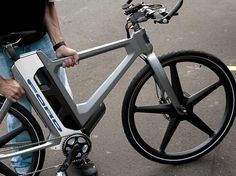 A folding electric bike that is light enough for commuting but rugged enough for weekend rides through the wilderness sounds almost too good to be true. But Ford has made this dream one step closer to reality with its MoDe:Flex eBike. Folding Electric Bike, Electric Bicycle, Electric Vehicle, Velo Design, Bicycle Design, Road Bikes, Cycling Bikes, Cannondale Mountain Bikes, E Mobility